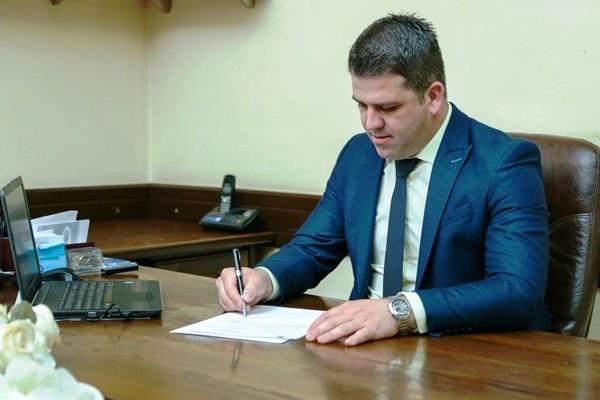 Општина Василево во долгови, градоначалникот купи ново возило