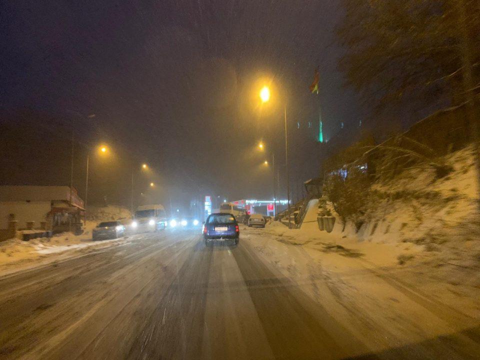 ВНИМАВАЈТЕ: Во моментов врне снег на Стража (ФОТО)