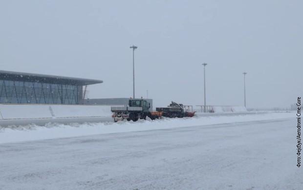 Затворен аеродромот во Подгорица поради снег