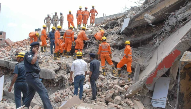 Се урна зграда во доградба: 6 лица загинаа, се трага по затрупаните во урнатините
