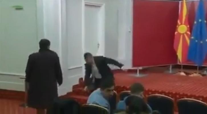 Портпаролот Бошњаковски се сопна и падна во Влада (ВИДЕО)