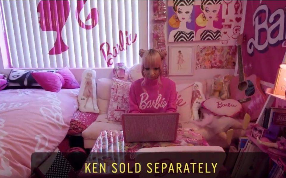 """Запознајте ја наголемата обожавателка: Опседната е со Барби, но малку """"забегала"""", па потроши 100.000 долари"""