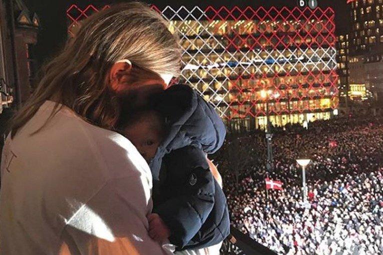 Го изнесе на балконот штотуку родениот син за да ја прослави титулата на СП, а потоа следуваше делириум од целата нација (ВИДЕО)