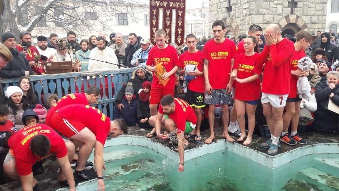 Јове Стојчевски го фати светиот крст во Битола