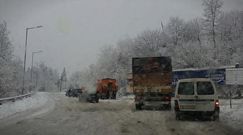 Остатоци од кашест снег на патиштата во државата