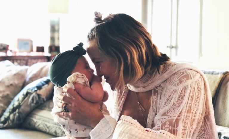 Славната актерка објави фотографија на која го дои своето дете, фановите воодушевени (ФОТО)