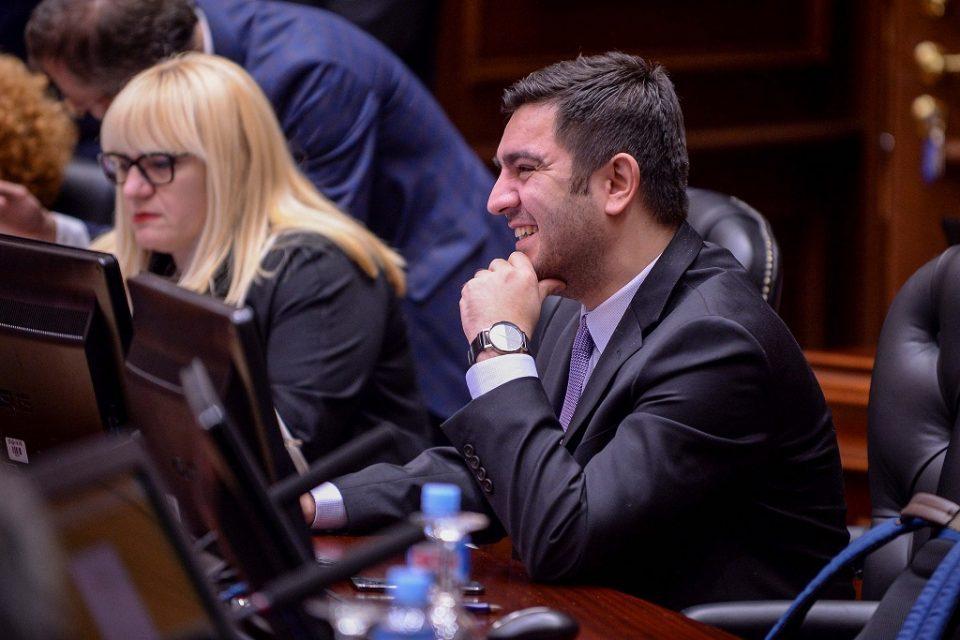 Министерот за економија ја започна прес-конференцијата на албански јазик