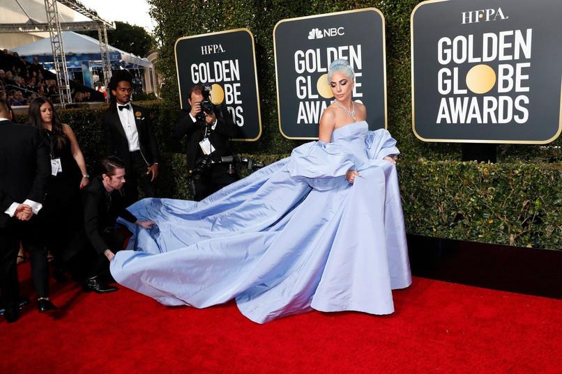 ФОТО: Откриено какви монструозни чевли носеше Лејди Гага на Златен глобус