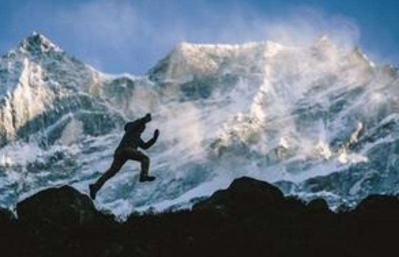 Ќе ви се заледи крвта во вените: Човек оди по јаже на огромна височина над снежните Алпи (ВИДЕО)