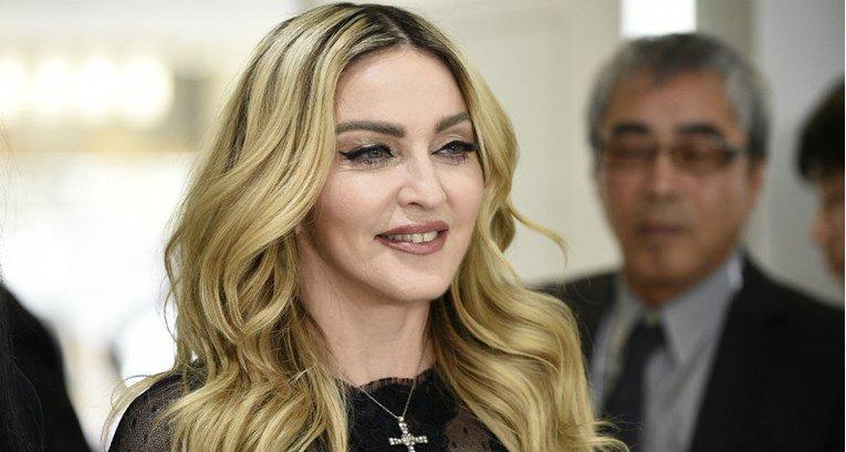 Нема да ја препознаете: Мадона со кратка црна коса (ФОТО)