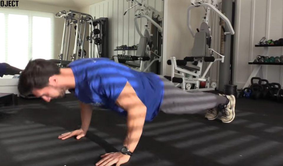 За мажите кои сакаат добро да изгледаат: Вежбајте седум минути наутро за совршен ден (ВИДЕО)