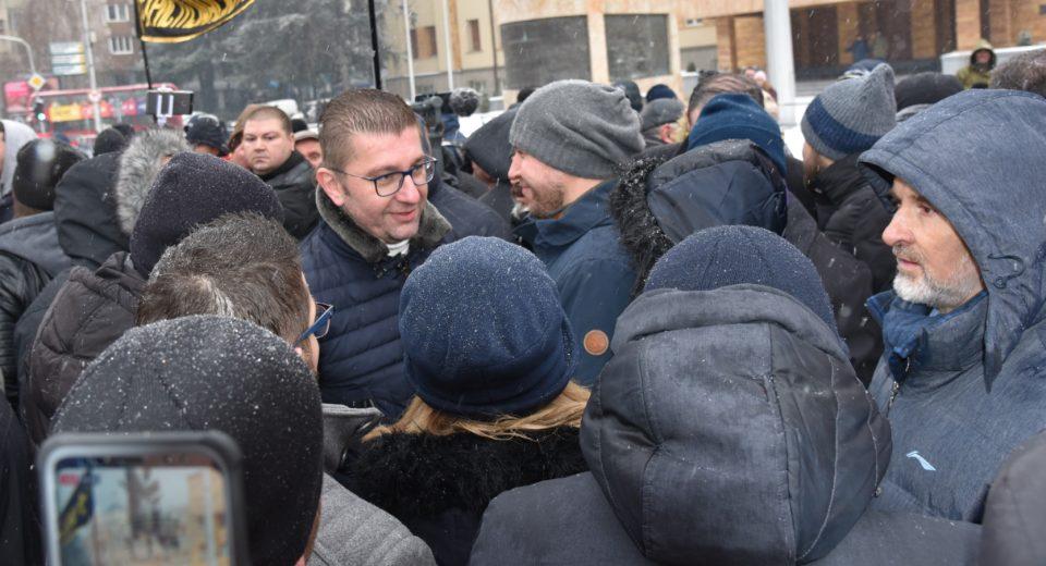 ВМРО-ДПМНЕ се приклучи на граѓанскиот протест пред Собрание, Мицкоски утре ќе се обрати во својство на еден од многуте граѓани