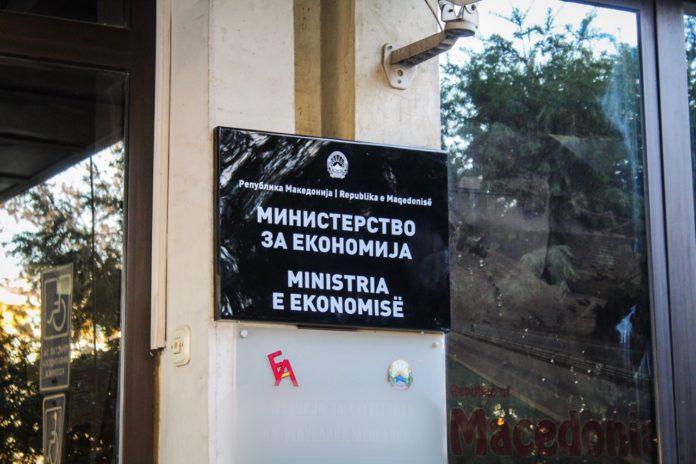 Скршена влезната врата на Министерството за економија, оштетно и возило