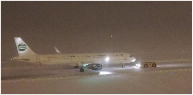 Скопскиот аеродром пуштен за сообраќај откако авион се заглавил во нанос од снег