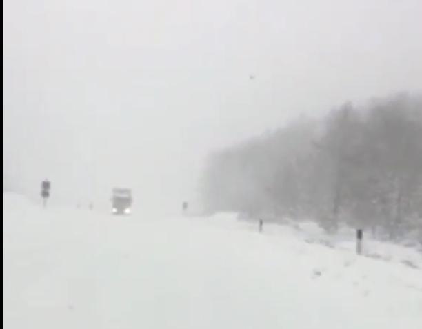 Патот Охрид-Кичево ризичен за користење: Никој не го чисти снегот (ФОТО)