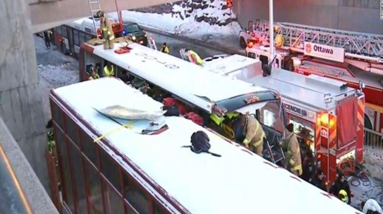 ФОТО: Двокатен автобус удри во автобуска станица, едно лице го загуби животот, 23 тешко повредени