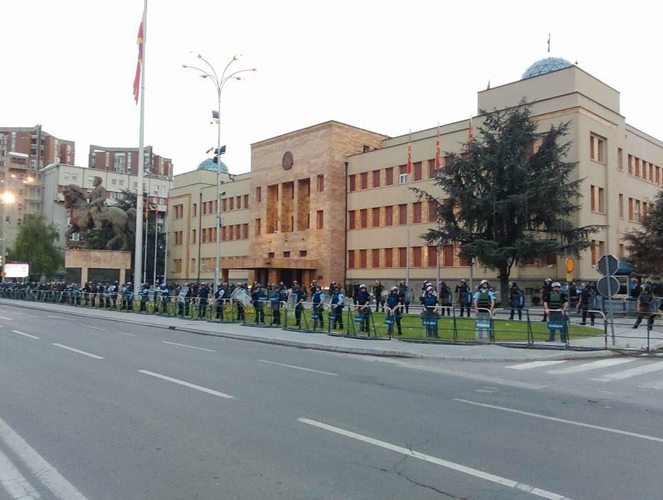ВО ЖИВО: Протест пред собрание на Здружението оштетени штедачи на Еуростандард банка (ВИДЕО)