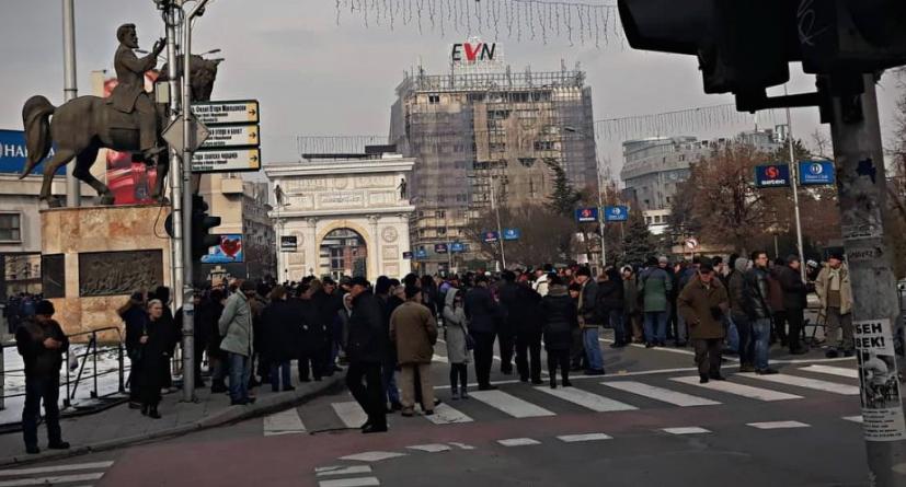 (ВИДЕО) Пазарџиите со порака до Заев: Освести се, одиме со Мицкоски!