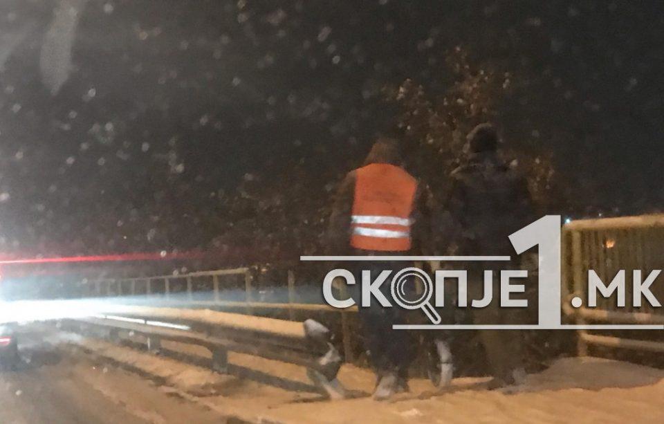 Во Ѓорче Петров рачно се фрла сол, а улиците се целосно завеани од снег (ФОТО)