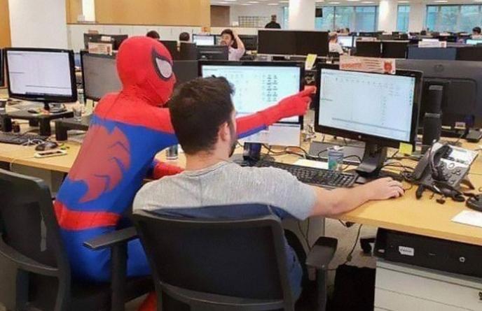 Даде отказ во банка и последниот ден одлучи да направи нешто за кое сите зборуваат: Погледнете како дојде на работа (ВИДЕО)