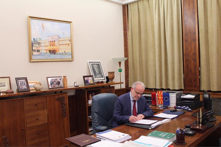 """ФОТО: Џафери потпиша- Законот за јазиците е објавен во """"Службен весник"""""""