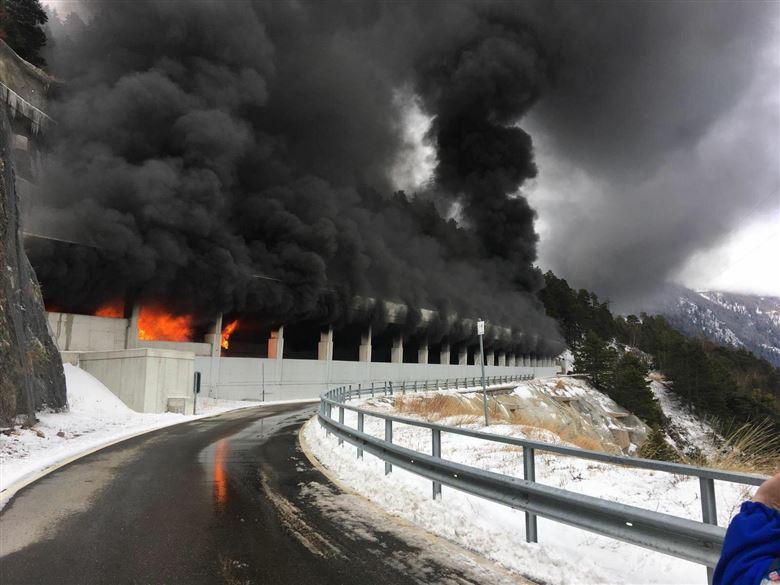 ВИДЕО: Во тунел во Швајцарија се запали автобус полн со ученици од Сплит