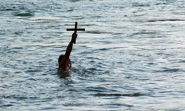 Во Струмица денеска верниците бараа два крста