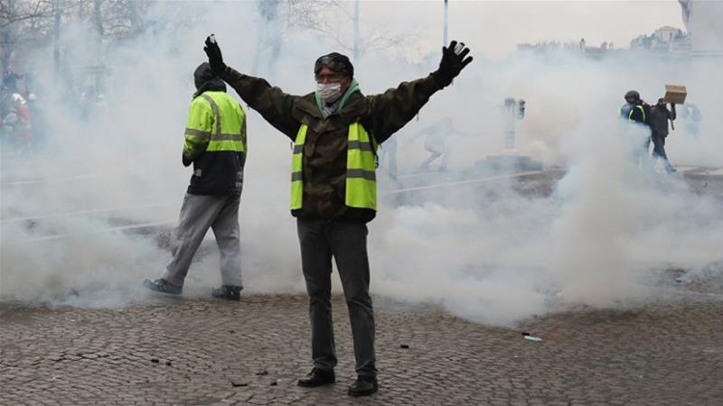 """""""Жолтите елеци"""" се судрија во полицијата, уапсени 102 лица"""