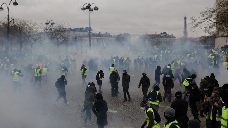 """Годишнината на """"Жолтите елеци"""" одбележана со насилство во Париз, Нант и Лион- најмалку 105 уапсени"""