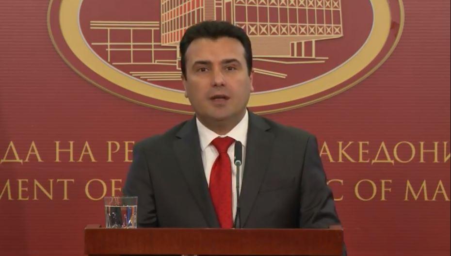 Заев: Ќе бидам прв со двојазичен пасош во Северна Македонија