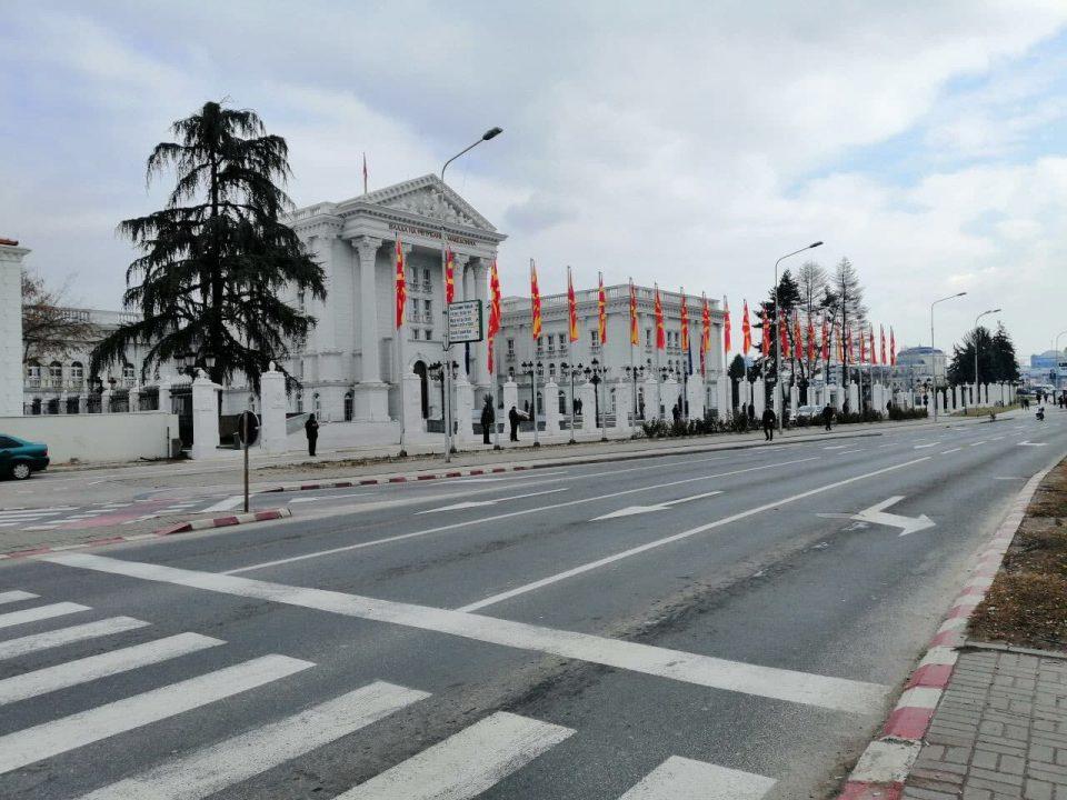 ФОТО: Ја заменија металната со жива ограда, врие полиција пред Влада