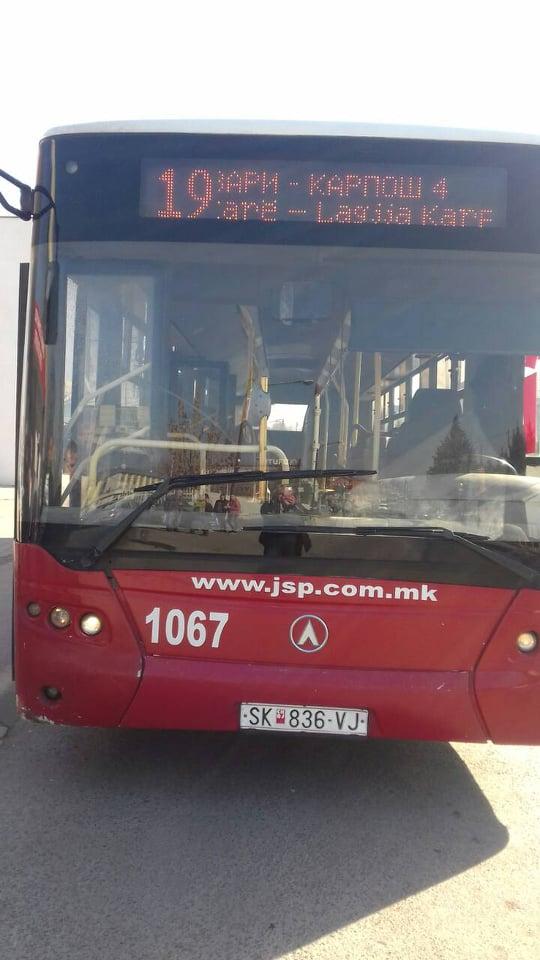 """Се расипа автобус на ЈСП среде улица, надлежните до шоферот: """"Вози го автобусот со дефект"""", патниците вознемирени (ФОТО)"""