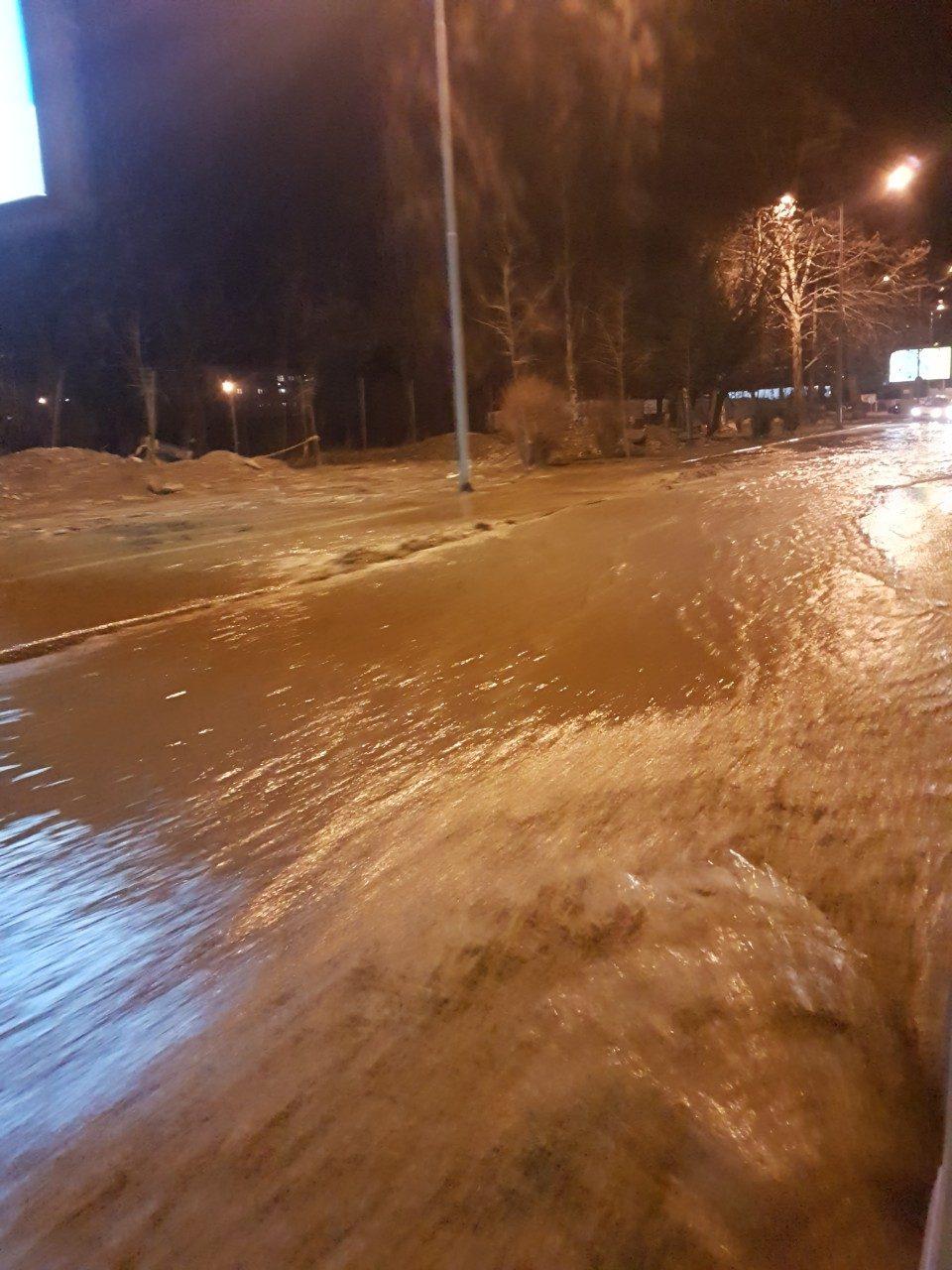 """Дел од """"Илинденска"""" затворена за сообраќај, неколку скопски улици без вода поради дефектот"""