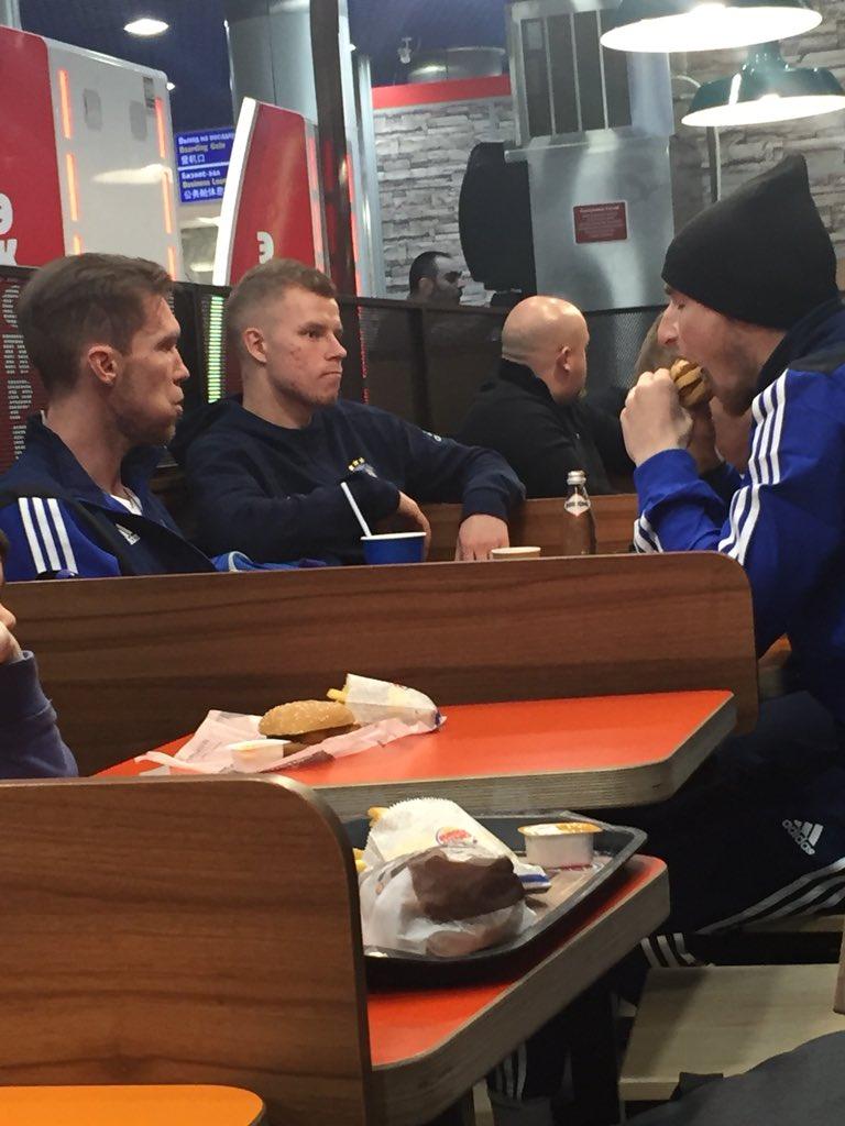 ФОТО: Вака Бате Борисов ја прослави историската победа против Арсенал- со хамбургери