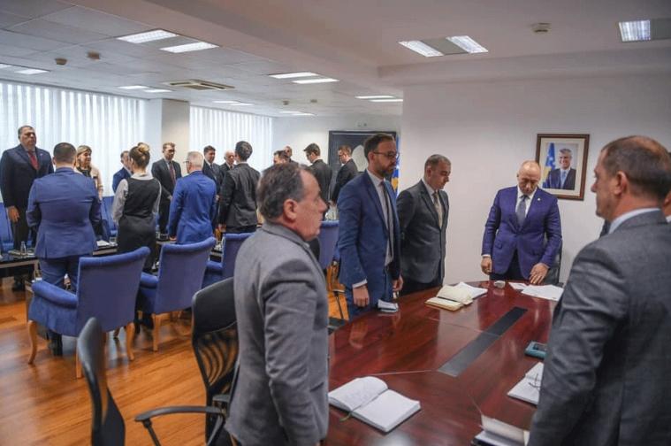 Косовската Влада ја започна седницата со едноминутен молк за загинатите во несреќата кај Карпалак