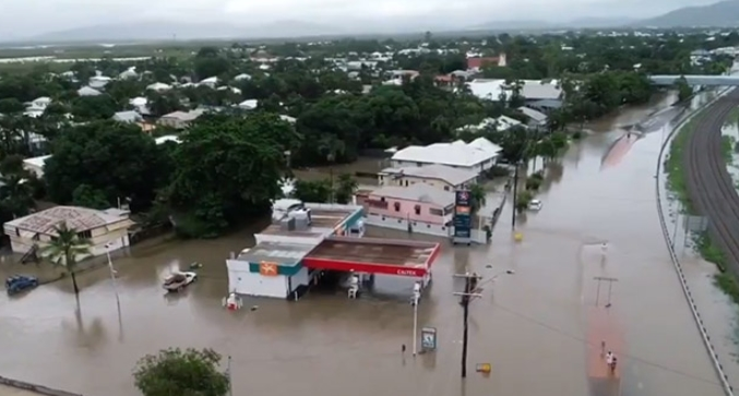 """Австралија погодена од катастрофални поплави: На улиците """"испливаа"""" крокодили и змии, евакуирани луѓе"""