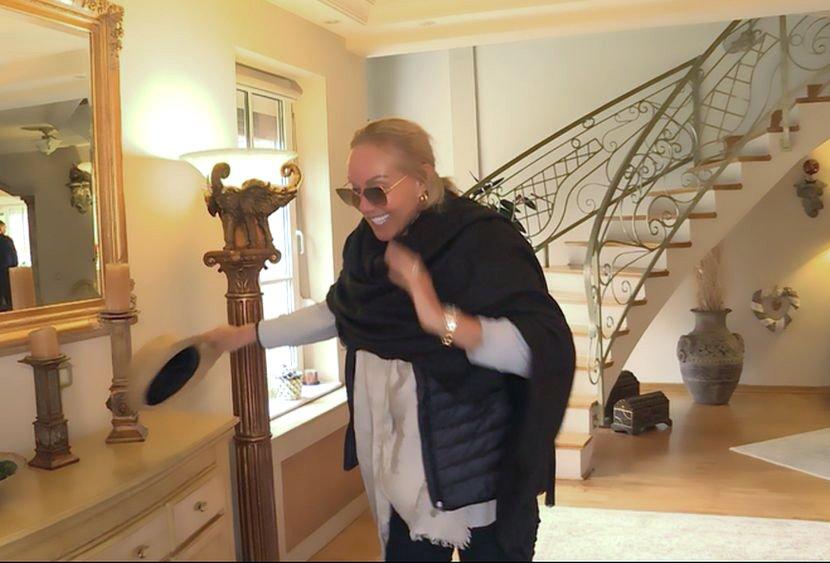 Автомобили, скапоцени предмети, позлатена капија: Лепа Брена ги отвори вратите на својот дом и го покажа луксузот во кој ужива (ФОТО)