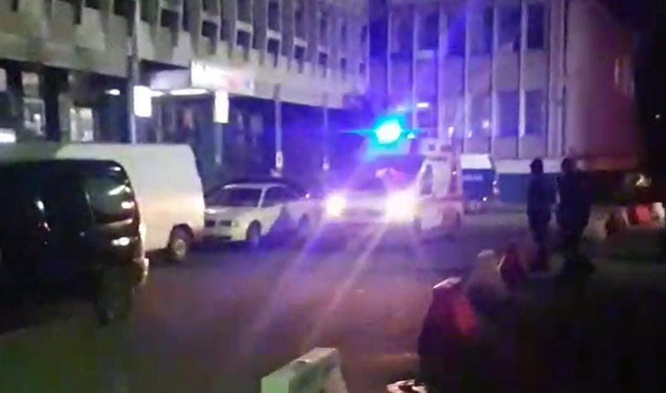"""Затворската полиција го блокира влезот на ГОБ """"8-ми Септември"""", итни случаи се препраќаат на клиника (ВИДЕО)"""