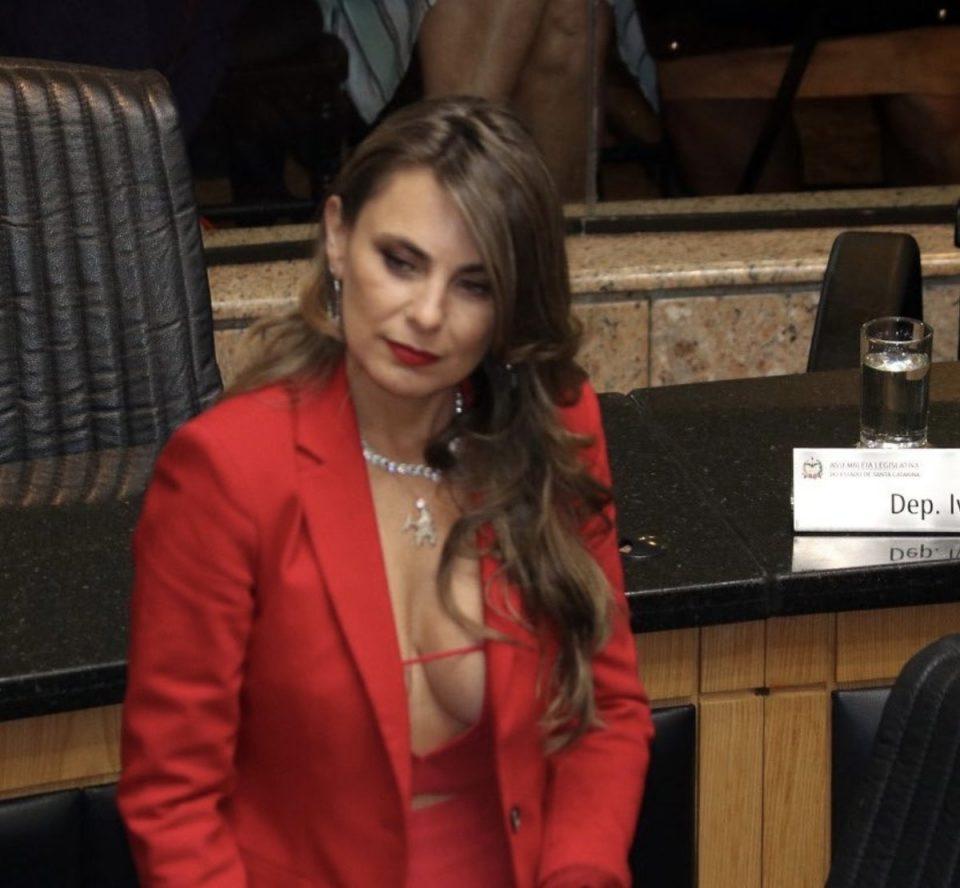На секси пратеничката ѝ се закануваат со силување- еве како возврати таа