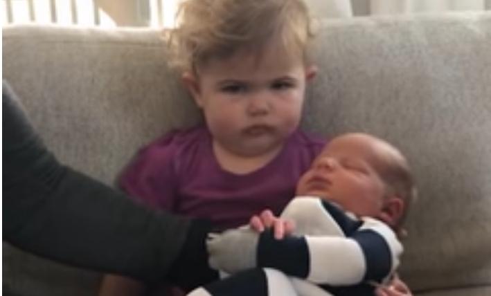 Детска рамнодушност: Девојче го зема братчето во раце, нејзината реакција е урнебесна (ВИДЕО)
