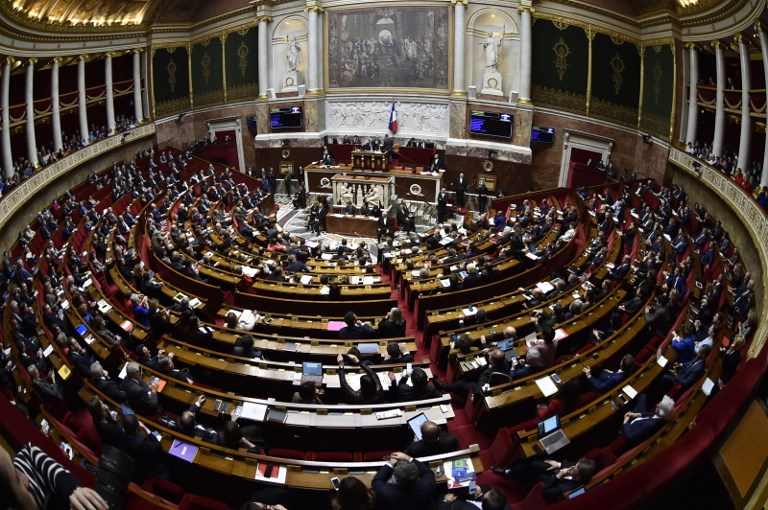 """Фигаро: Франција ги заменува """"мајка"""" и """"татко"""" со """"родител 1"""" и """"родител 2""""!"""