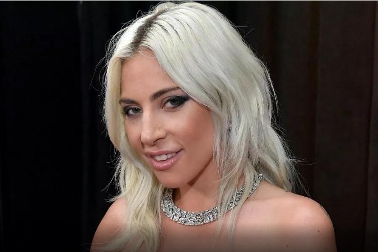 Ретко кој ја препознава, а таа блеска повеќе од било кога: Од чудна, Лејди Гага стана елегантна дама (ФОТО)