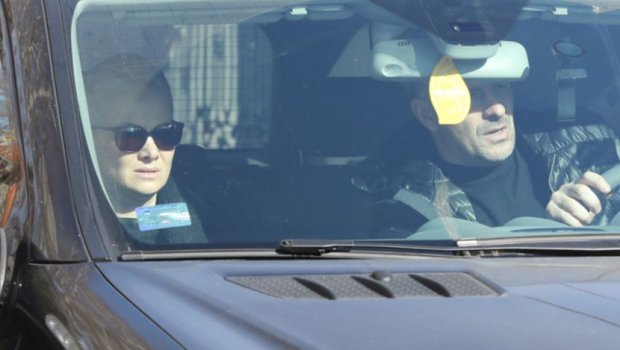 Од глетката ќе се наежите: Уморна, без шминка и во црно- ќерката на Шабан со луксузен автомобил пристигна во семејниот дом (ФОТО)