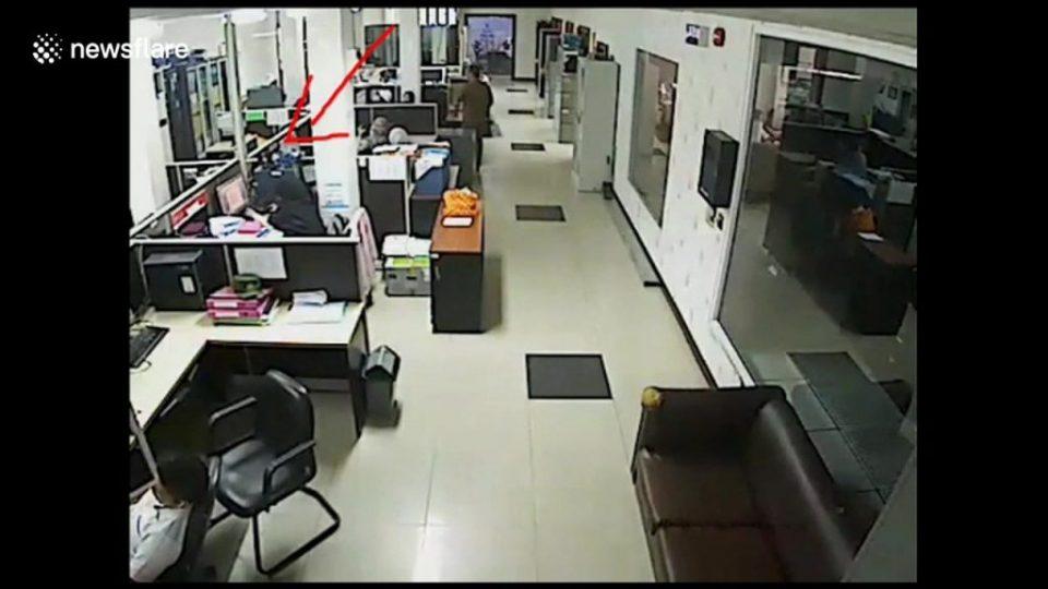 Страшно: Смартфонот и експлодираше на биро, за малку ќе и го разнесеше лицето (ВИДЕО)