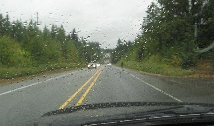 Влажни коловози на патиштата
