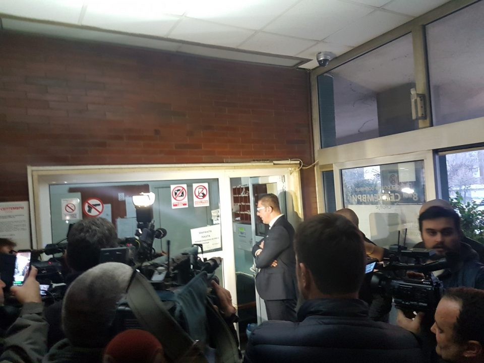 """Затворската полиција и Алфите во ГОБ """"8-ми Септември"""" го спречуваат Мицкоски, не му дозволуваат да го посети Јанакиески (ВИДЕО)"""