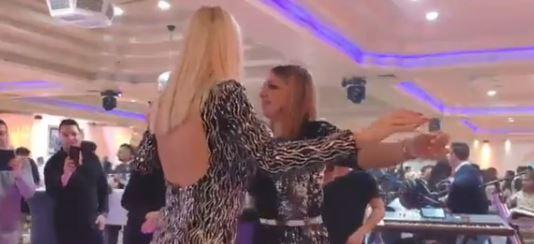 Пејачките се опуштија на свадба- особено кога ќе ја видите како меша со задникот Милица Тодоровиќ ќе се препотите (ВИДЕО)
