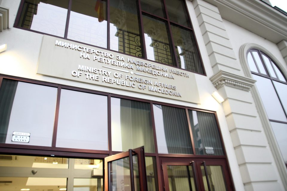Паника во МНР: Тројца дипломати ризични за ширење на коронавирусот со денови оделе на работа