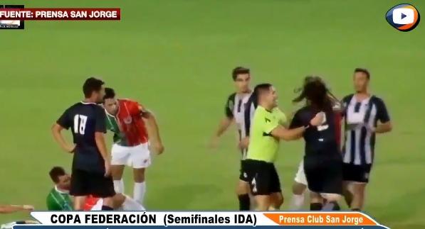 Фудбалерот се претвори во боксер, па направи хаос: Аргентински стопер истепа и нокаутира пола тим за 15 секунди (ВИДЕО)