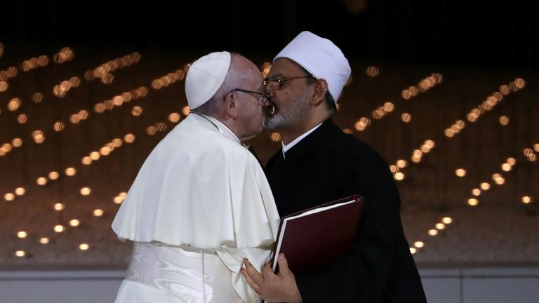 Папата и големиот имам прославија со бакнеж в уста (ФОТО)